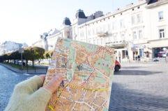 Översikt av Lviv i en flickahand, Lviv, Ukraina Arkivfoton