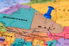 Översikt av Mali med en klibbad blå häftstift Arkivbilder