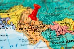 Översikt av Myanmar med en klibbad röd häftstift Royaltyfri Bild