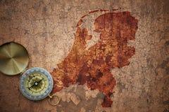 Översikt av Nederländerna på ett gammalt tappningsprickapapper Fotografering för Bildbyråer