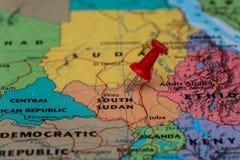 Översikt av södra Sudan med en klibbad röd häftstift Royaltyfri Fotografi