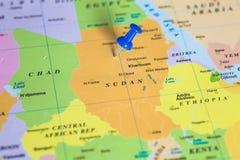 Översikt av Sudan med en klibbad häftstift royaltyfri fotografi