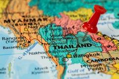 Översikt av Thailand med en klibbad röd häftstift Arkivfoto