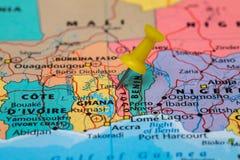 Översikt av Togo med en klibbad gul häftstift Arkivbild
