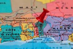 Översikt av Togo med en klibbad röd häftstift Arkivbild