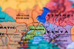 Översikt av Uganda med en klibbad blå häftstift Arkivbilder