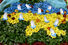 Översikt av Ukraina med blommor i blått- och gulingfärger av det nat Arkivfoto
