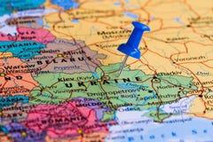 Översikt av Ukraina med en klibbad blå häftstift Arkivbild