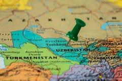 Översikt av Uzbekistan med en klibbad grön häftstift Arkivbild