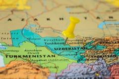 Översikt av Uzbekistan med en klibbad gul häftstift Arkivbild