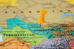 Översikt av Uzbekistan med en klibbad orange häftstift Royaltyfria Foton