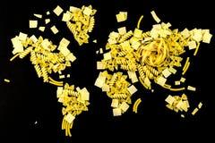 Översikt av världen som göras av rå pasta på svart bakgrund Royaltyfria Bilder