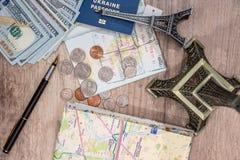 Översikt, Eiffeltorn, pass och pengar Royaltyfria Bilder