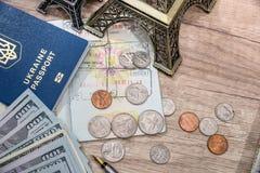 Översikt, Eiffeltorn, pass och pengar Arkivfoton