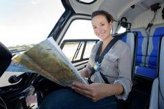Översikt för helikopter för ung kvinna pilot- kontrollerande Royaltyfri Bild