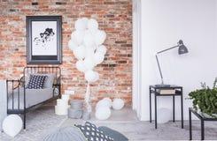 Översikt i svart ram på tegelstenväggen i elegant scandinavian sovrum arkivbilder