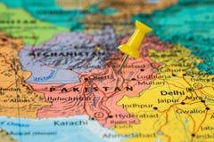 Översikt som är pakistansk med en klibbad gul häftstift Royaltyfria Bilder