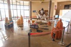 översikten 3D med templet och Lord Shiva skulpterar inom ingången av Siddhesvara Dhaam i Namchi Sikkim Indien Royaltyfri Bild