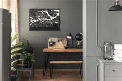 Översiktsaffisch som hänger på väggen i verkligt foto av öppet utrymmerum royaltyfri bild