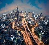 Översiktsstiftlägenhet av staden, den globala affären och nätverksanslutning royaltyfri foto