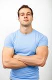 Översittare eller arrogansbegrepp - muskulös grabb som ser tuff royaltyfri bild