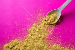 Överskotts av kryddig mat i den trägourmet- skeden för att krydda arkivfoto