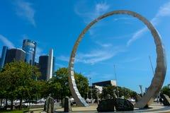 Överskrida monumentet på Hart Plaza med GM-renässans centrera arkivbilder
