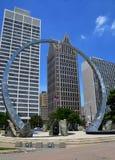 Överskrida skulptur i Hart Plaza, Detroit arkivbilder