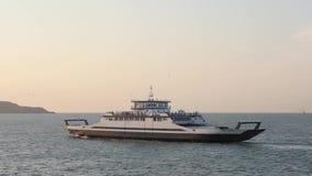 Överskrift för folk och för medel för trans. för passagerareskyttel in mot den Krim halvön på solnedgången, Kerch kanal begreppsl stock video