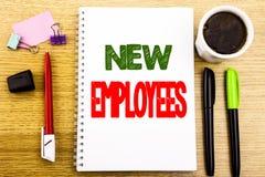 Överskrift för handhandstiltext som visar nya anställda Affärsidé för välkommet Staf rekrytera som är skriftligt på backgr för no Royaltyfri Bild