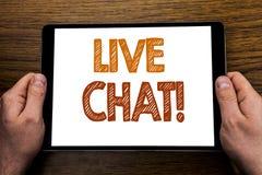 Överskrift Live Chat för handhandstiltext Affärsidé för kommunikationen Livechat som är skriftlig på minnestavlabärbara datorn, t Arkivfoto
