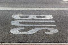 Överskriftbuss på asfalten royaltyfri fotografi