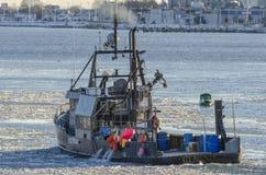 Överskriften för uppkomst för skytteln för kommersiellt fiske in mot vråk skäller Royaltyfri Foto