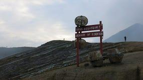 Överst av den aktiva Kawah Ijen vulkan på den Java ön i Indonesien arkivfoton