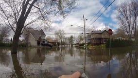 Översvämma i Laval West, Quebec som kanotar till och med gatorna stock video