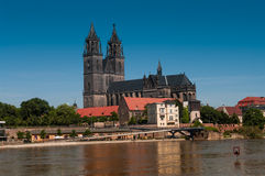 Översvämma i Magdeburg, domkyrka på floden Elbe, Juni 2013 Royaltyfri Bild