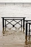Översvämma packar ihop Seine River skada i Chatou, Yvelines, Frankrike arkivfoton