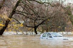 Översvämmad bil under ett stormigt väder arkivbild