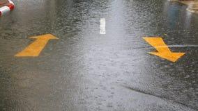Översvämmad bostads- gata som orsakas av stormen Arkivfoton