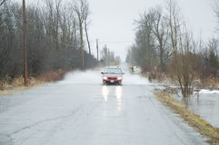 översvämmad körbana för bilkörning Royaltyfria Bilder