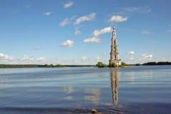 Översvämmad klockstapel i Kalyazin, Ryssland Royaltyfria Bilder