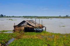 Översvämmad koja i floden eller sjön Arkivbilder