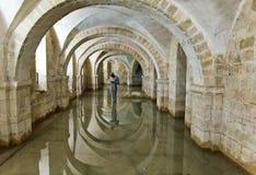 Översvämmad krypta av den Winchester domkyrkan, UK Royaltyfri Foto