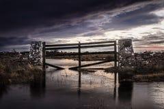 Översvämmad port med dramatiska himlar arkivfoto
