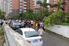 Översvämmad underjordisk parkeringsplats folkhopsamling på ingången Royaltyfri Fotografi