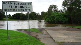 Översvämmad väg efter en cyklon