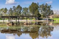 Översvämmade äng- och picknicktabeller, Cunningham Lake, San Jose, södra San Francisco Bay, Kalifornien fotografering för bildbyråer