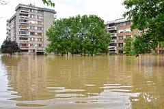 Översvämmade byggnader i den översvämmade staden arkivbild