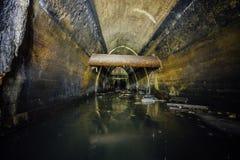 Översvämmat av den stora kloaksamlaren för avloppsvatten Smutsig avklopptunnel under stad Arkivbild