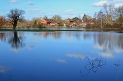 Översvämmat fält och flodprov, Romsey, Hampshire Arkivfoto